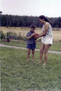 ליאור יונתן ואמו צפירה בחצר הקיבוץ