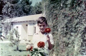 ליאור יונתן כילד בגינה בשריד