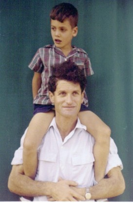 ליאור יונתן הילד על כתפי נתן אביו