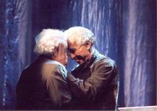 """נתן יונתן מקבל את פרס אקו""""ם מידי חברו נחצ'ה היימן, מרץ 2003"""
